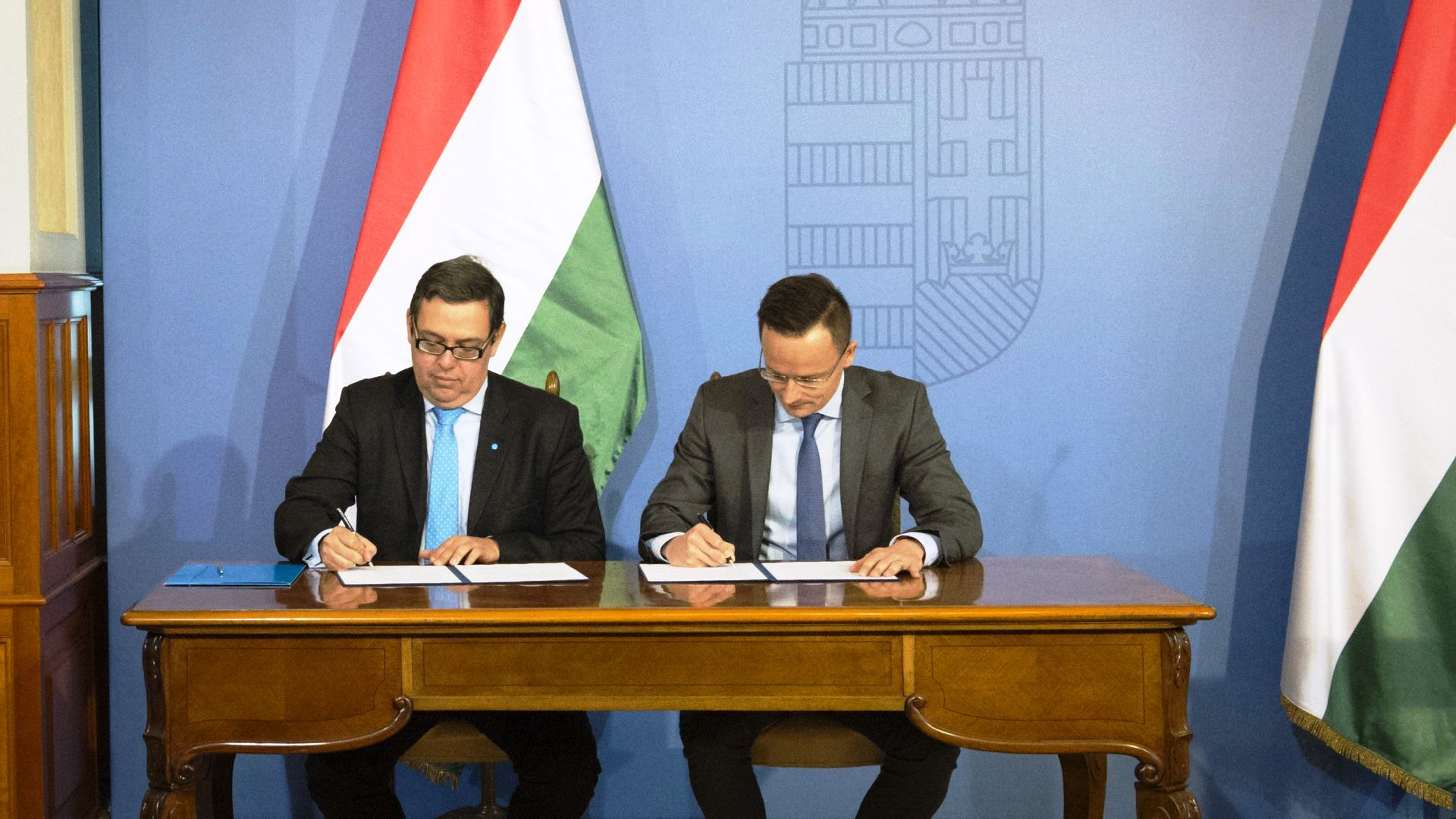 Marc de Bastos Eckstein and Péter Szijjártó signing the cooperation agreement